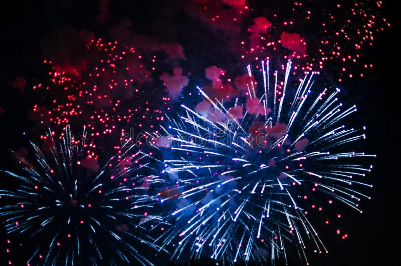 Zeer goedkoop vuurwerk over de stad royalty-vrije stock fotografie