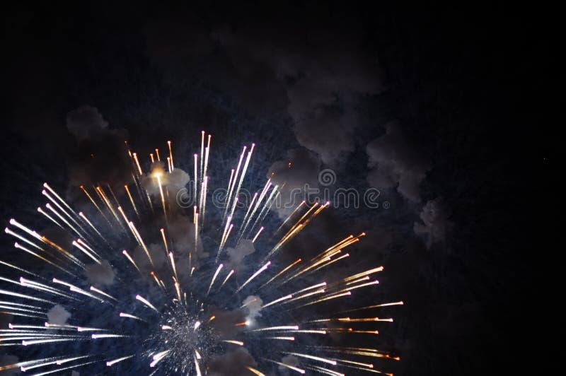 Zeer goedkoop vuurwerk over de stad royalty-vrije stock afbeeldingen