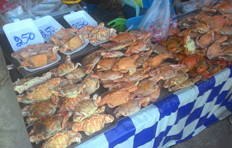 Zeer goedkope verse oranje krab bij zeevruchtenmarkt van Thailand stock foto