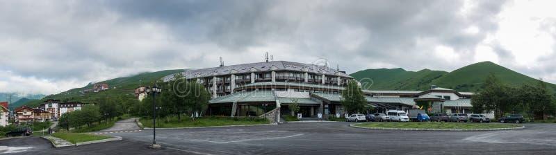 Zeer groot panorama van Hotel Marco Polo Gudauri georgië stock foto