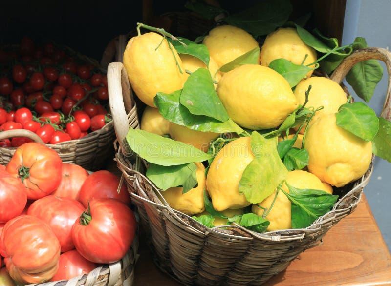 Zeer grote citroenen met groene bladeren royalty-vrije stock foto's