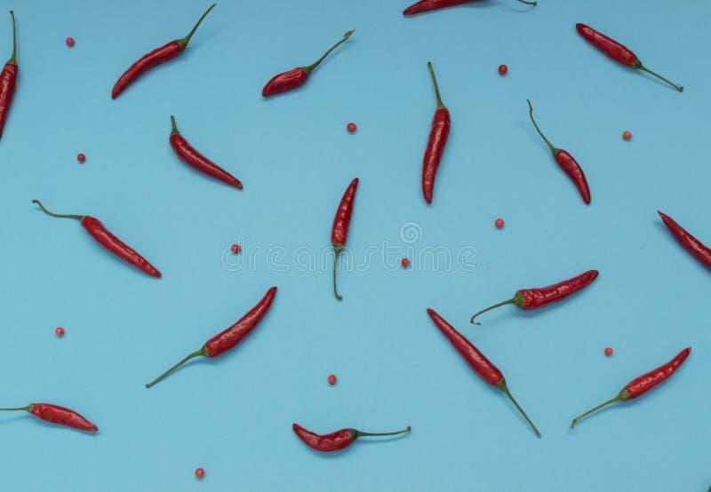 Zeer Heet Chili Peppers op Blauwe Document Hoogste Mening Als achtergrond royalty-vrije stock foto's
