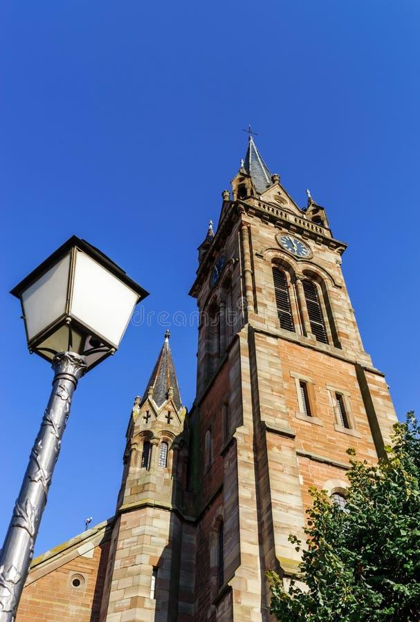 Zeer hoge belltower van kathedraal in Dambach-La Ville, Frankrijk royalty-vrije stock foto's