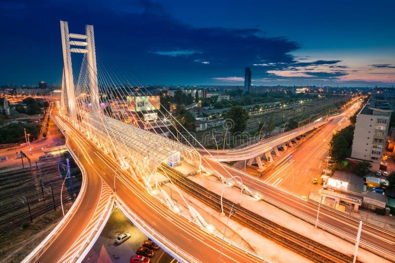 Zeer hoge hoogste mening over Basarab-Brug bij nacht, in Boekarest, Ro royalty-vrije stock fotografie