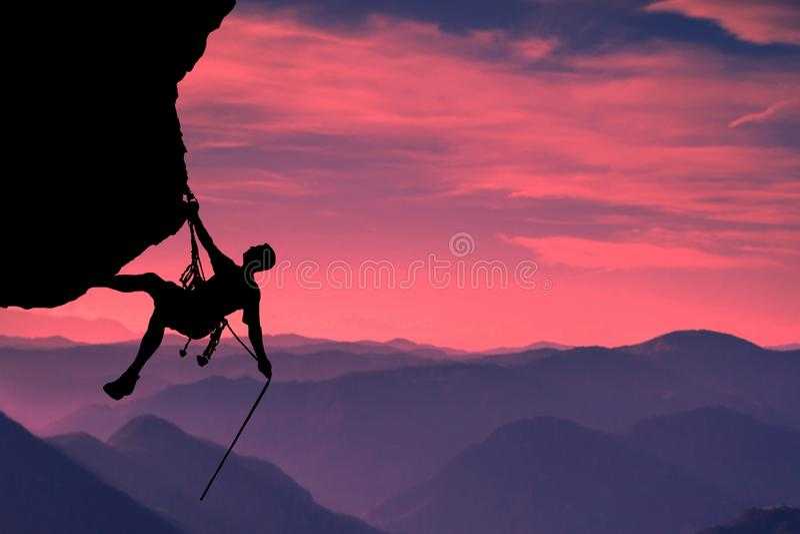Zeer interessant ogenblik Een jonge mountainer is om tot de bovenkant erin geslaagd te beklimmen en zijn doel te bereiken royalty-vrije stock foto's
