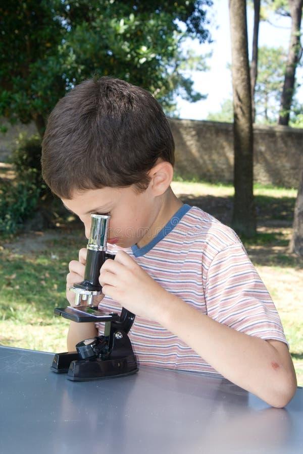 Zeer jonge wetenschapper stock foto's
