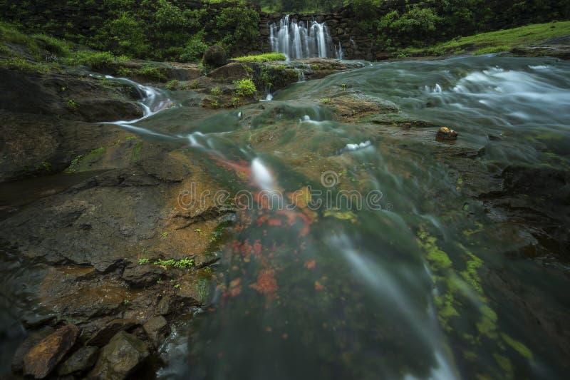 Zeer kleurrijke waterval dichtbij Bhandardara stock fotografie