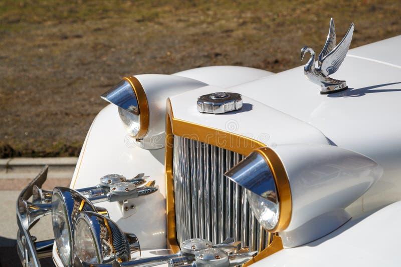 Zeer mooi, fonkelend in de limousine van Packard van de zonauto van witte kleur Zachte nadruk stock afbeeldingen