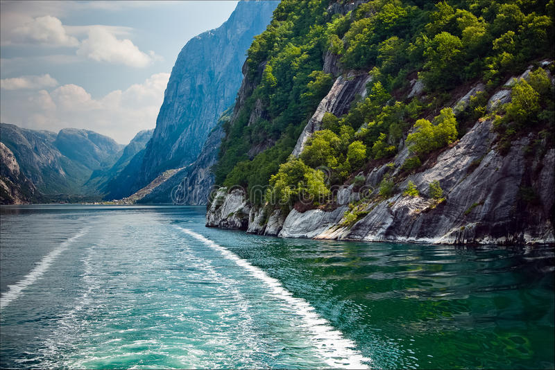 Zeer mooi natuurlijk landschap bij geirangerfjord in Noorwegen stock afbeelding