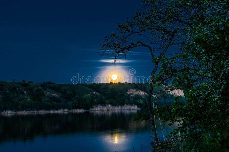 Zeer mooie en kleurrijke nacht en avondlandschappen over de rivier Seversky Donets in het Rostov-gebied Een rijke maanbeschenen s stock fotografie