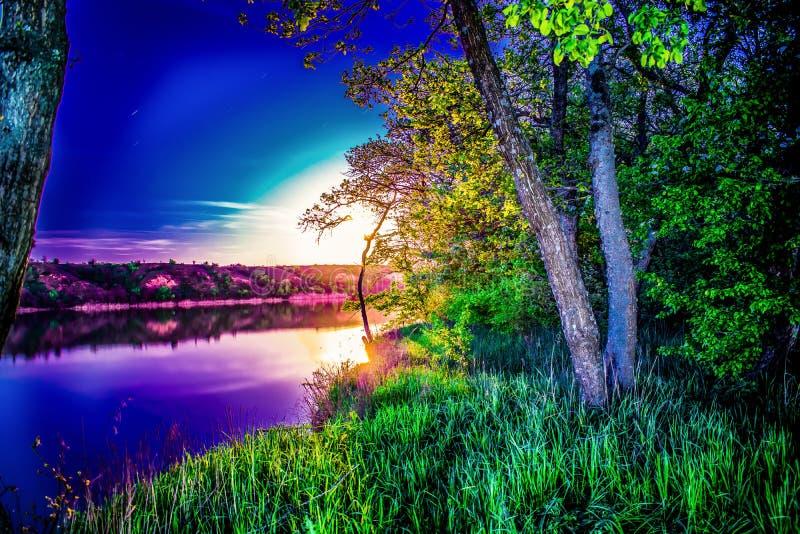 Zeer mooie en kleurrijke nacht en avondlandschappen over de rivier Seversky Donets in het Rostov-gebied Een rijke maanbeschenen s stock afbeeldingen