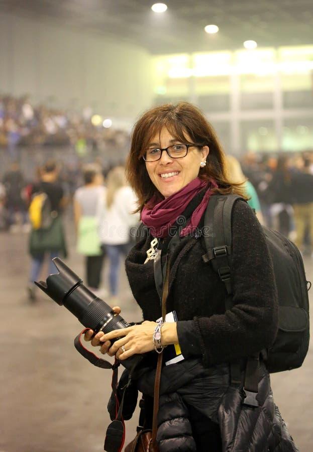 Zeer mooie vrouwelijke fotograaf bij levend overleg stock afbeelding