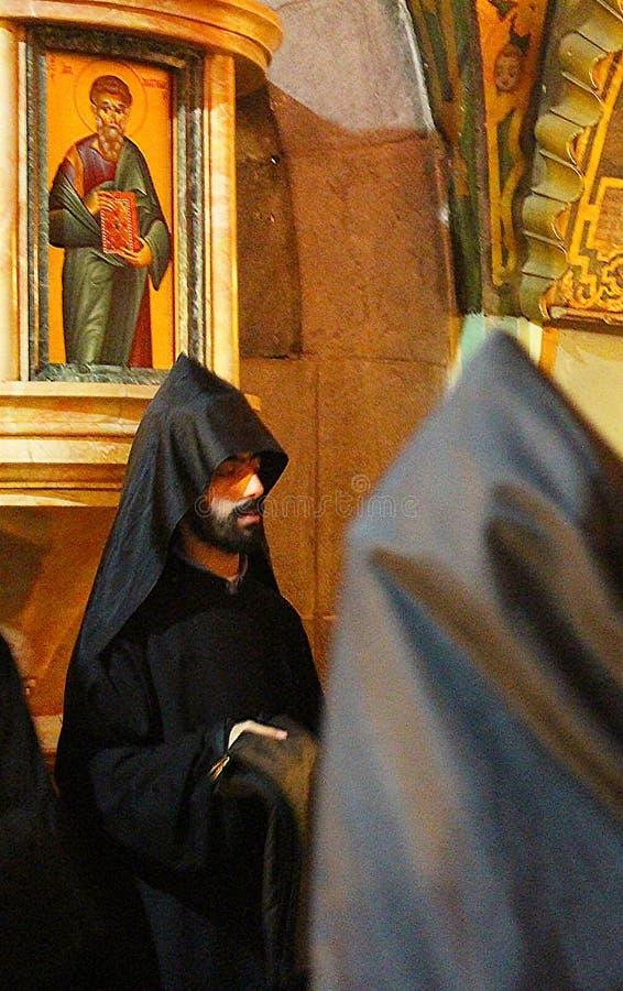 Zeer ongebruikelijk zwart monnikenritueel in de Kerk van het Heilige Grafgewelf royalty-vrije stock fotografie