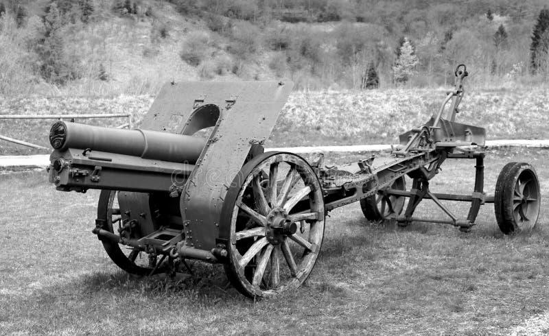zeer oud die kanon van de Eerste Wereldoorlog door militairen met bla wordt gebruikt royalty-vrije stock foto's
