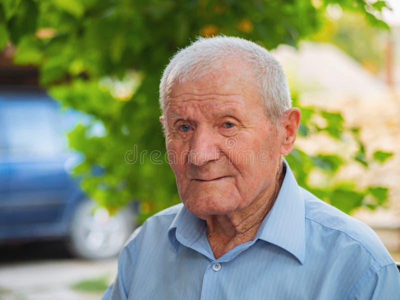 Zeer oud mensenportret Grootvader ontspannen openlucht bij de zomer Portret: oud, bejaard, oudste Close-up van de oude mens stock afbeelding