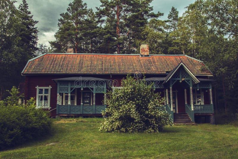 Zeer oud Zweeds hotel met een tuin binnen het bos stock foto