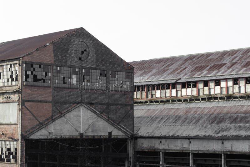 Zeer oude baksteen verlaten pakhuisgebouwen met gebroken vensters royalty-vrije stock fotografie