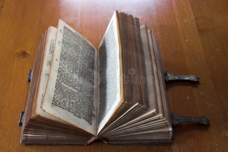 Zeer oude bijbel royalty-vrije stock afbeeldingen