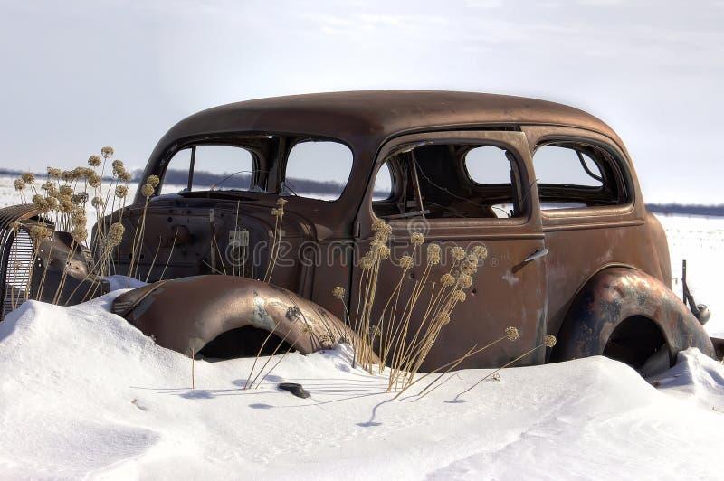 Zeer oude geroeste uitstekende die auto in sneeuw wordt geplakt stock afbeeldingen