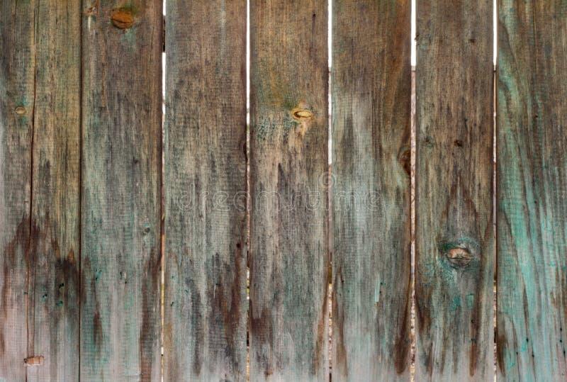 Zeer oude houten omheining, zodra geschilderde groene, oude houten textuur royalty-vrije stock foto