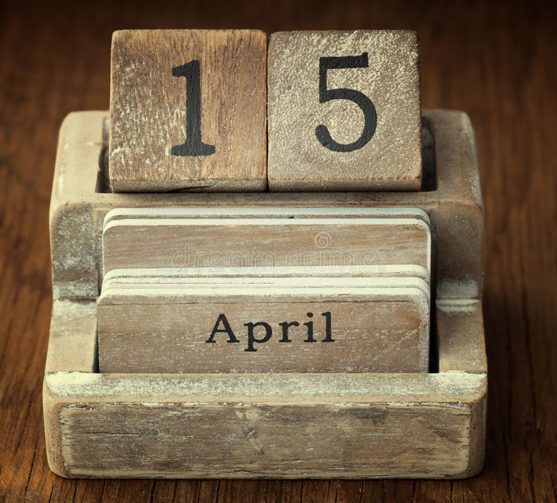 Zeer oude houten uitstekende kalender die de datum 15de April o tonen royalty-vrije stock fotografie