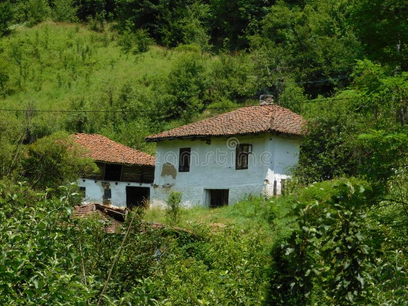 Zeer oude huis en schuur stock afbeeldingen