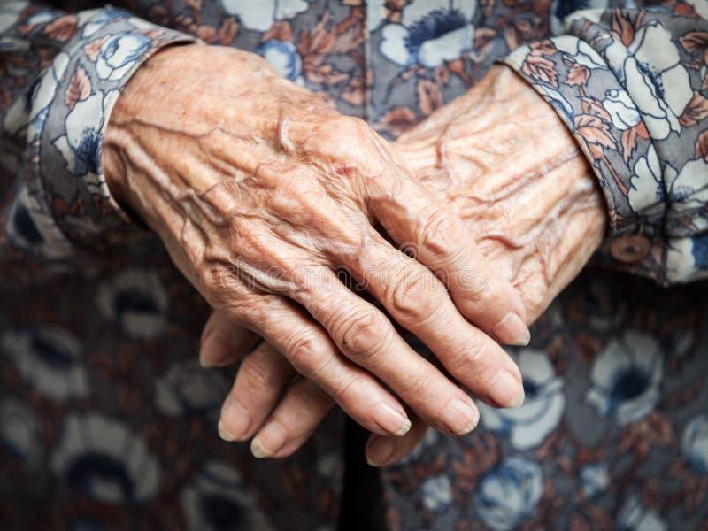 Zeer oude vrouwenhanden royalty-vrije stock afbeelding