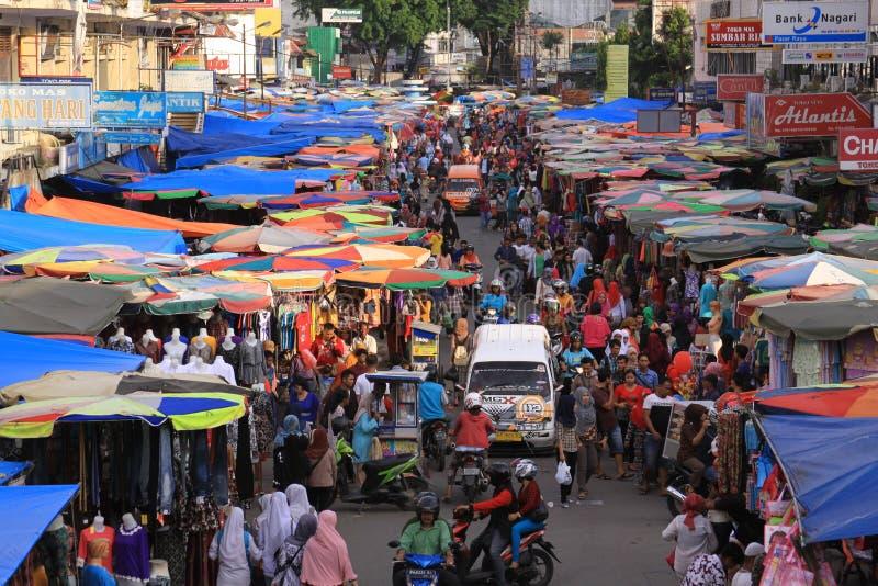 Zeer overvolle traditionele markt in Sumatra stock afbeeldingen