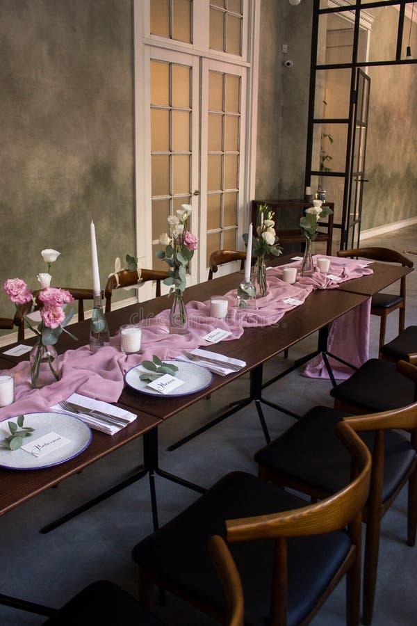 Zeer prachtig verfraaide zaal voor huwelijksviering stock fotografie