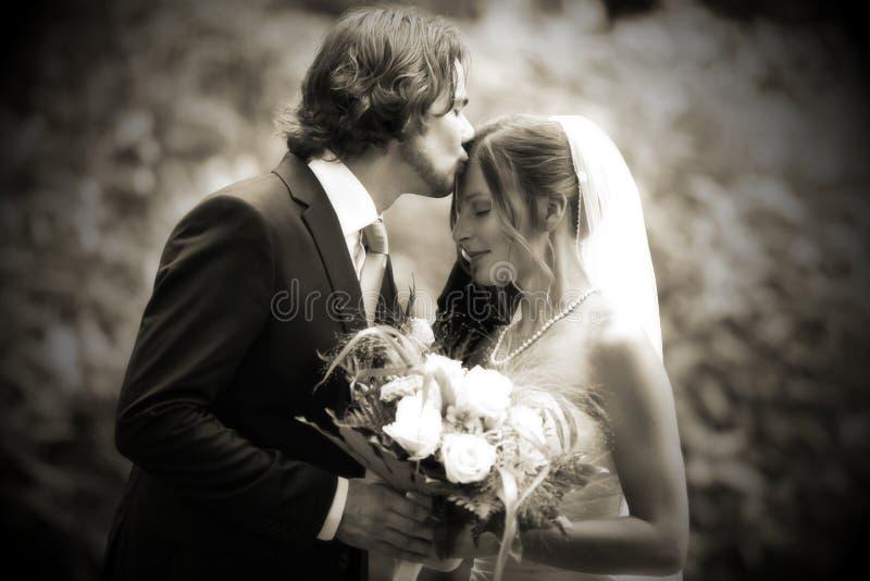 Zeer romantische de kus van het huwelijk
