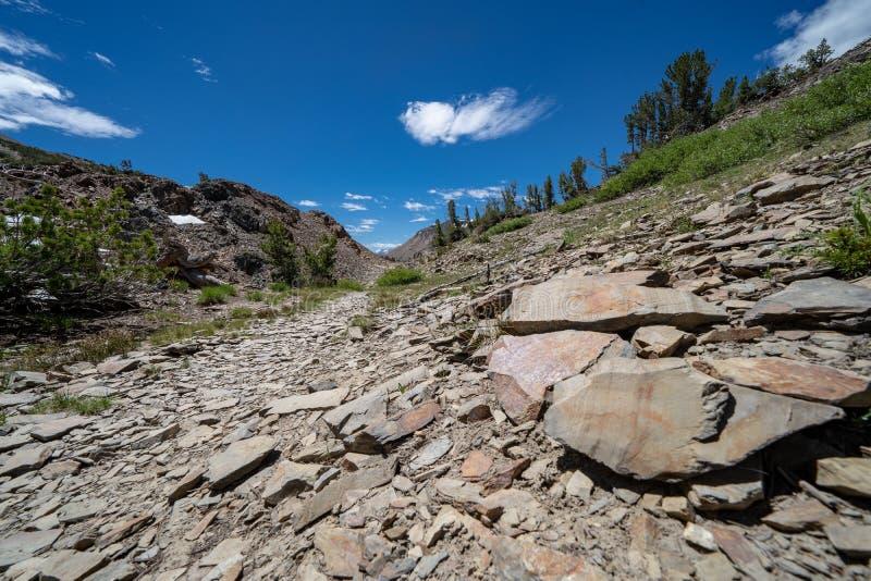 Zeer rotsachtige sleep van puinkegel en talusrotsen langs het 20 Merenbassin Californië royalty-vrije stock foto's