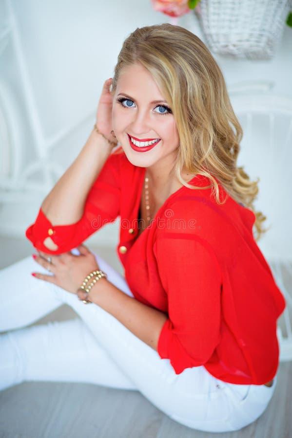 Zeer sexy meisje die met perfecte samenstelling in het rode overhemd glimlachen royalty-vrije stock foto