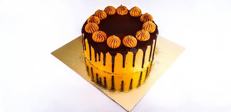 Zeer smakelijke chocoladecake op witte achtergrond! royalty-vrije stock foto's