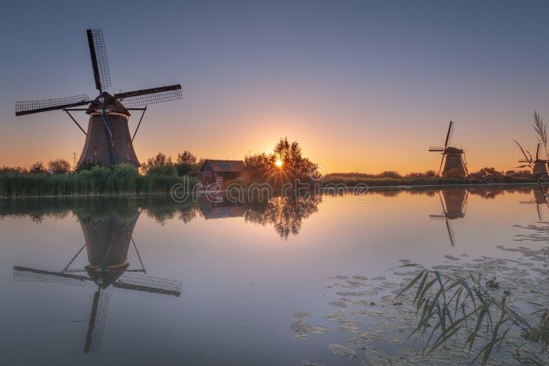 Zeer vroeg in de ochtend vóór zonsondergang in Kinderdijk in Alblasserwaard stock fotografie