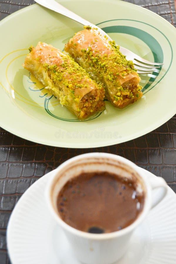 Zeer zoete pistachebaklava en Turkse koffie stock foto's