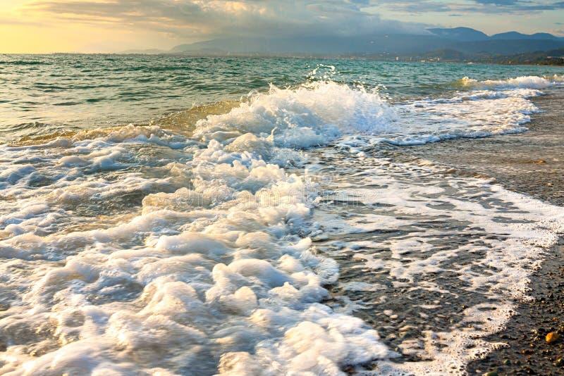 Zeerlandschap met een zonsondergang stock afbeeldingen