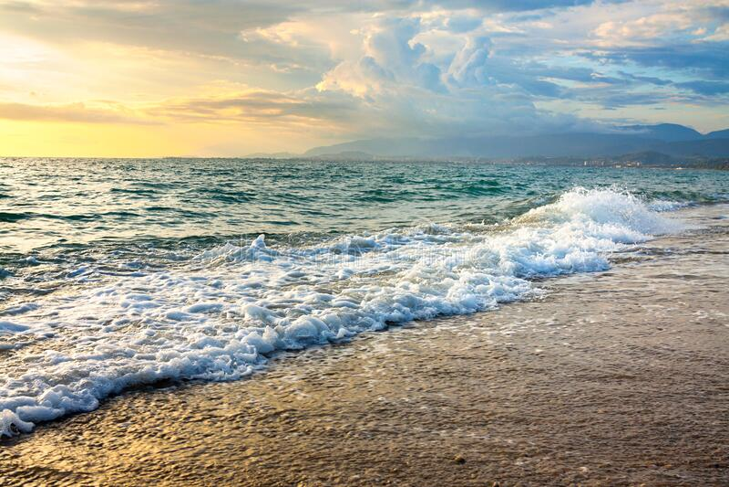 Zeerlandschap met een zonsondergang stock fotografie