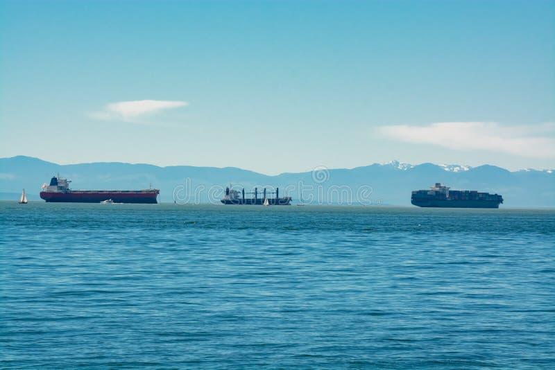 Zeeschepen die een haven overgaan Schipverkeer aan een haven stock afbeeldingen