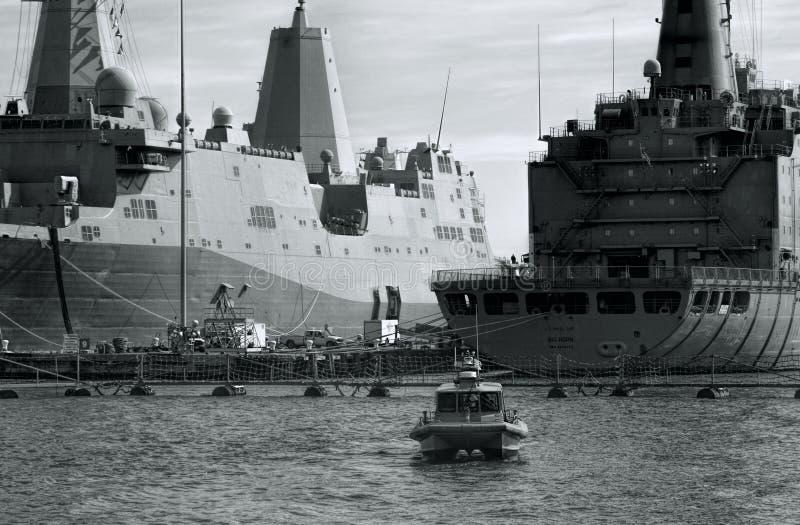 Zeeschepen in Zwart-witte Haven stock foto