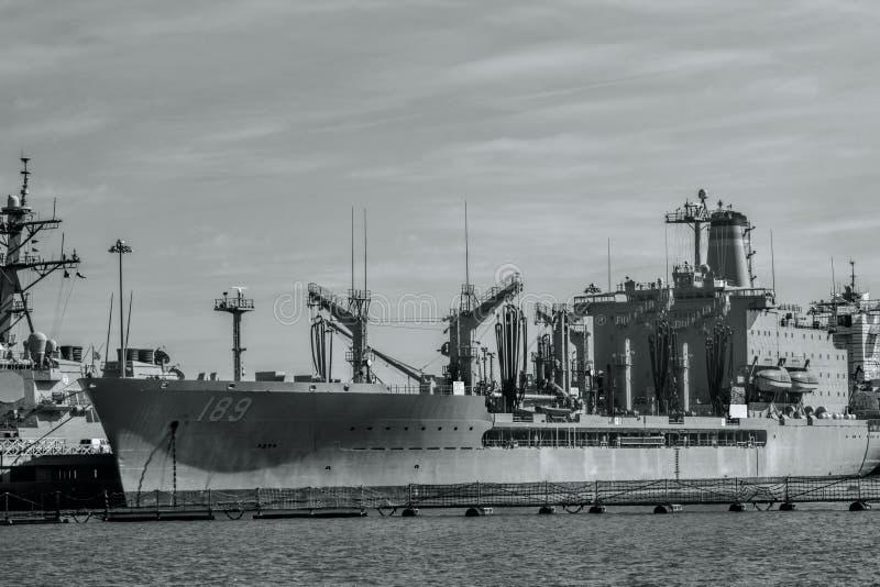 Zeeschepen in Zwart-witte Haven stock fotografie