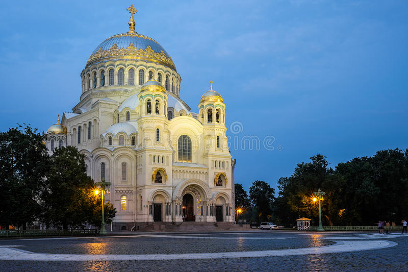 Zeest Nicholas Cathedral in Kronstadt bij nacht stock afbeeldingen