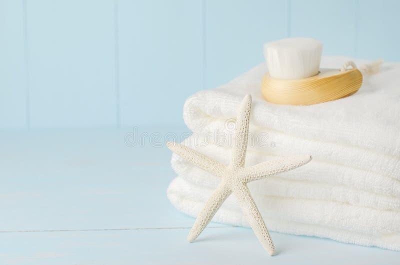 Zeester en witte handdoeken met Gezichts reinigende borstel royalty-vrije stock afbeelding