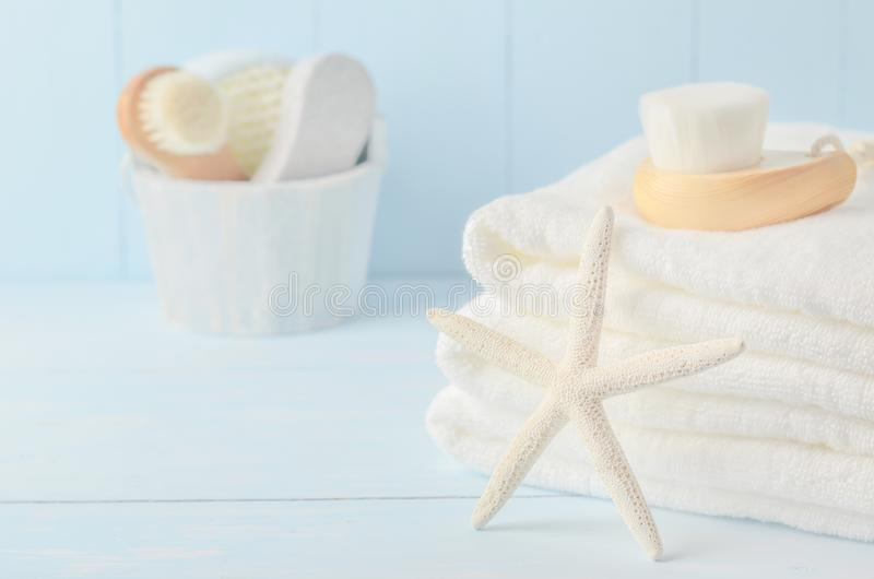 Zeester en witte handdoeken met Gezichts reinigende borstel stock fotografie