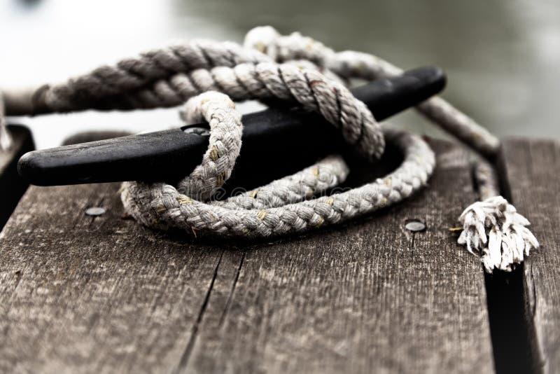 Zeevaart kabel op cleat. stock foto