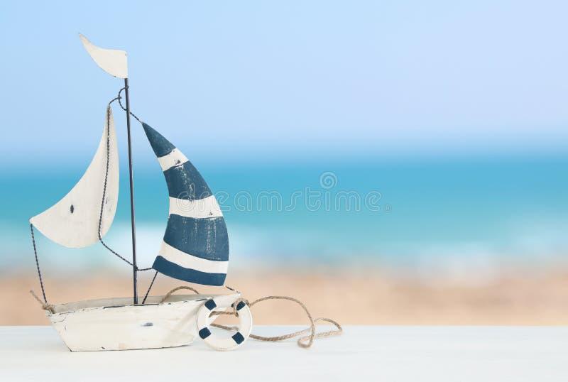 zeevaartconcept met zeilboot over witte houten lijst voor overzeese achtergrond stock afbeelding