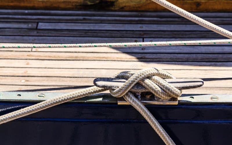 ZeevaartdieLijn aan Cleat wordt gebonden royalty-vrije stock afbeeldingen