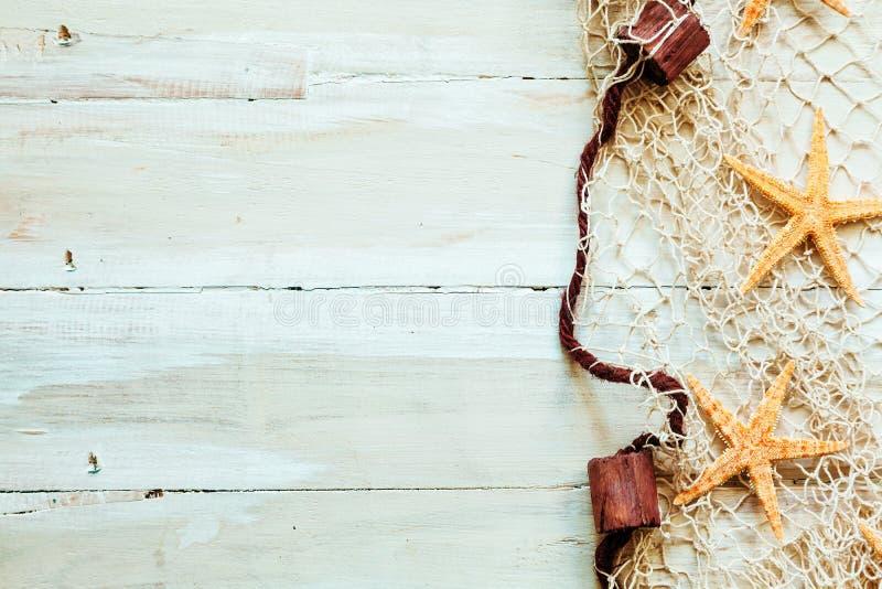 Zeevaartgrens op lichte beige houten raad stock foto's