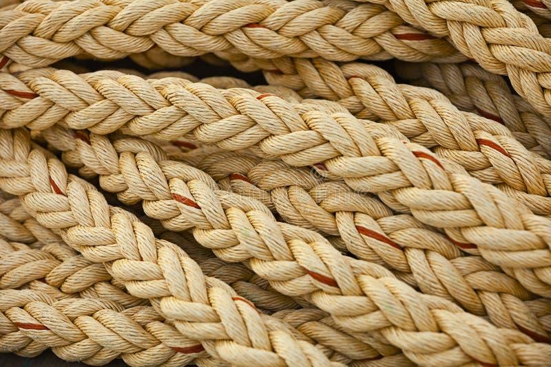 Zeevaartknopen. Grote mariene uitstekende overzeese kabels op hoopachtergrond stock afbeelding