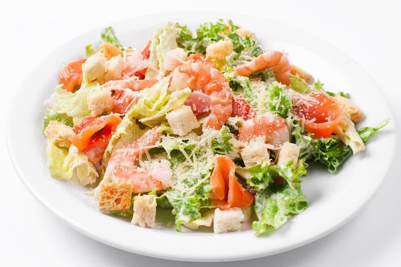 Zeevruchten caesar salade met garnalen, croutons, saladeblad, parmezaanse kaaskaas en zalm stock fotografie