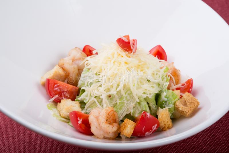 Zeevruchten caesar salade met geroosterde garnalen royalty-vrije stock foto